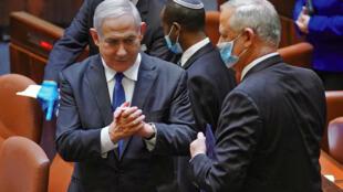 Le Premier ministre israélien et son rival Benny Gantz ont formé un gouvernement d'union approuvé par la Knesset, le 17 mai 2020 à Jérusalem.