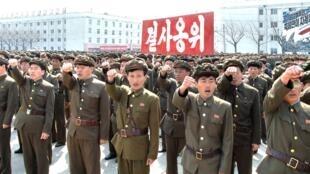 2013年4月3日,朝鲜官方通讯社发布图片,显示其军队反美反韩誓师大会。
