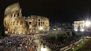 Fiéis se aglomeram diante do Coliseu, à espera do início da Via Crucis.