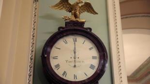 Chiếc đồng hồ Ohio chỉ 0 giờ ngày 20/01/2018 tại Thượng Viện Mỹ, Capitol Hill, Washington.