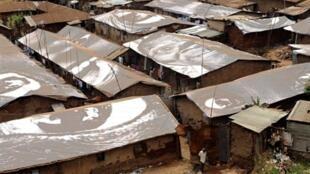 Les toits du bidonville de Kibera recouverts des photographies de femmes réalisées par l'artiste JR.