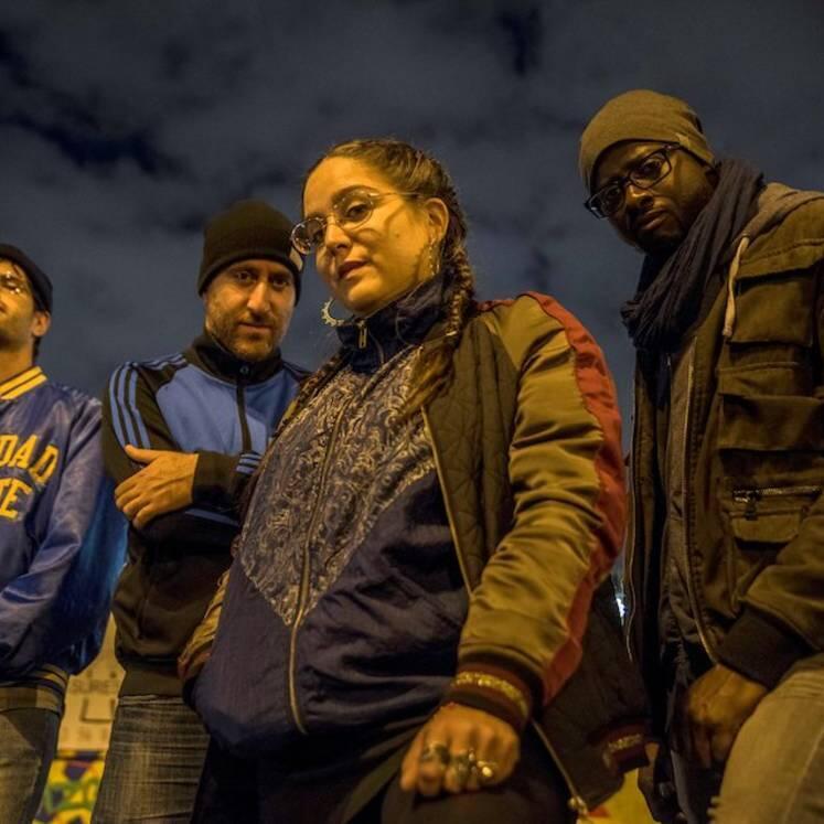 La cantante Billie Brelok y su banda.