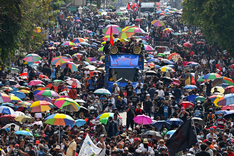 Los manifestantes prodemocracia marchan hacia la Casa de Gobierno tailandesa durante la protesta del 14 de octubre de 2020 en Bangkok