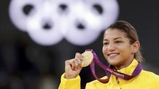A judoca Sarah Menezes mostra sua medalha de ouro logo após a disputa contra a romena Alina Dumitru, na categoria até 48 kg, neste sábado, dia 28 de julho.