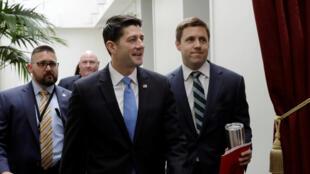 Shugaban masu rinjaye na Repablican, Paul Ryan a tsakkiya kafin kada kuri'ar soke shirin na Obamacare , 4 meyu 2017.