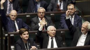 波蘭法律與公正黨主導的議會12月22日在議會辯論新法,前排為新任總理希德沃女士與法律與公正黨領導人卡欽斯基。
