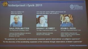 Projeção feita durante o anúncio do Prêmio Nobel de Física, com os vencedores Saul Perlmutter, Brian Schmidt e Adam Riess.