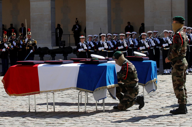 Церемония прощания с погибшими в Буркина-Фасо военными во дворце Дома инвалидов