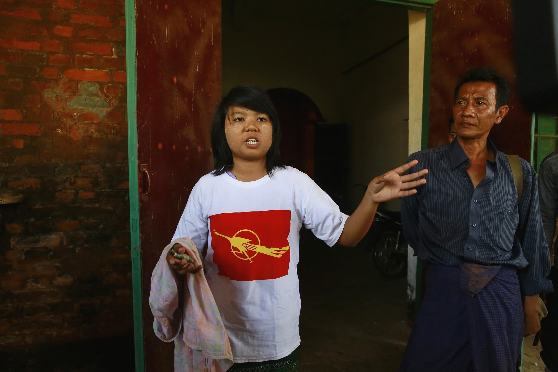 Ye Mon Mon Aung, một sinh viên tham gia phong trào, nói chuyện với phóng viên sau khi được thả khỏi nhà tù Tharyarwaddy, 12/03/2015.