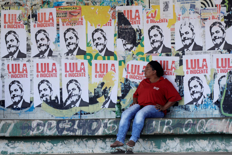 """Cerca de una parada del autobus en Brasilia, se observan carteles con la imagen del expresidente Lula da Silva donde se puede leer """"Lula es inocente"""".  22 enero 2018."""