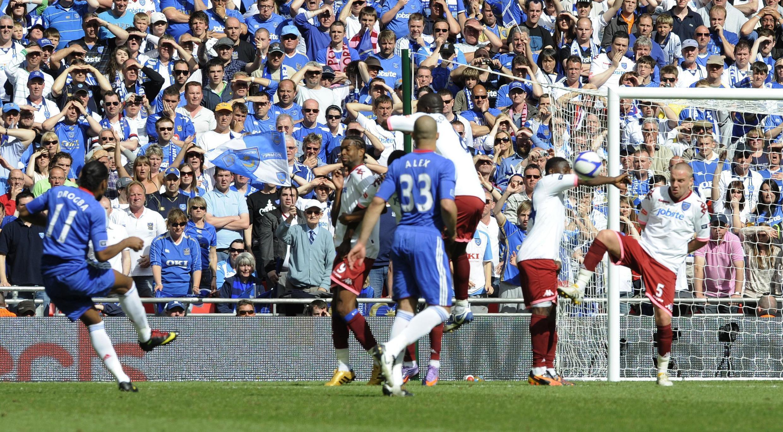 Grâce à ce but sur coup franc, Didier Drogba (g)  a délivré Chelsea.