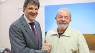 O ex-presidente Luiz Inácio Lula da Silva junto com o ex-prefeito de São Paulo, Fernando Haddad (PT-SP), no Instituto Lula.