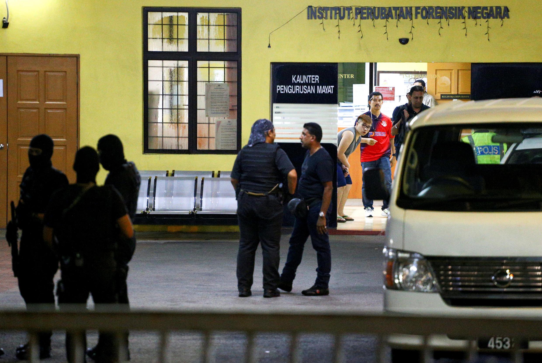 Cảnh sát canh gác cẩn mật nhà xác bệnh viện ở Kuala Lumpur, nơi giữ thi thể Kim Jong Nam. Ảnh chụp ngày 21/02/2017.