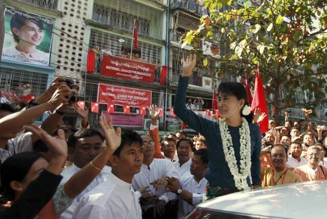 Nhà dân chủ Aung San Suu Kyi  đang được sự ủng hộ rộgn rãi của các tầng lớp nhân dân Miến Điện trong cuộc bầu cử Quốc hội bổ sung. Ảnh chụp ngày 17/01/2012 tại Rangoon.