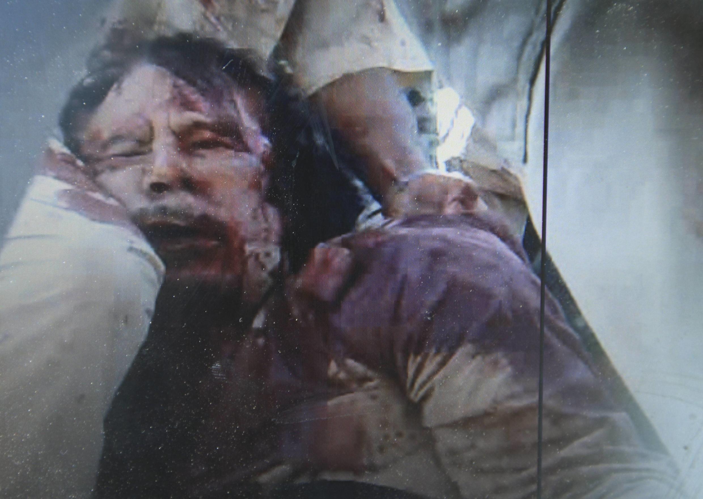 Кадр любительского видео, показывющий, как утверждается, тело Муаммара Каддафи. 20/10/2011