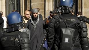 """Policiais franceses prendem manifestantes que protestavam contra o filme """"A Inocência dos Muçulmanos"""" perto da embaixada dos Estados Unidos em Paris."""