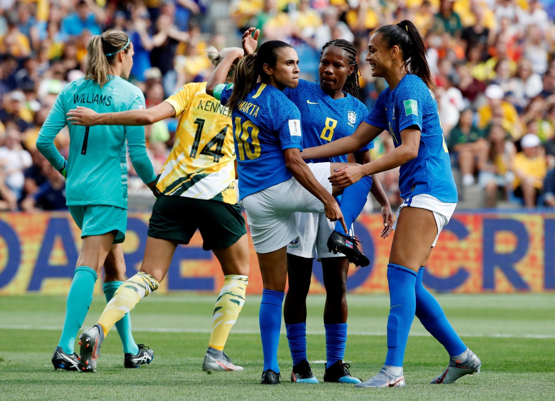 Marta, na comemoração de seu gol, mostra a chuteira com o símbolo da campanha pela igualdade no futebol.