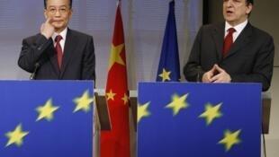 លោកនាយករដ្ឋមន្ត្រីចិន Wen Jiabao (ឆ្វេង) និងលោកJosé Manuel Barroso ប្រធានគណៈកម្មការអឺរ៉ុប
