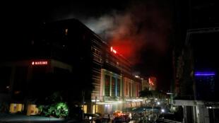 Дым, выходящий из здания Resorts World в Маниле, 2 июня 2017 г.