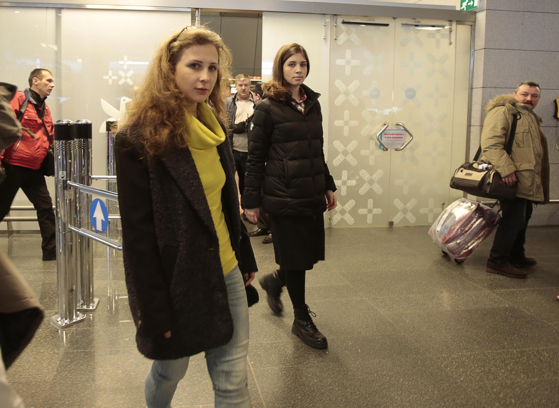 Мария Алехина и Надежда Толоконникрова во Внуково 27/12/2013 (архив)