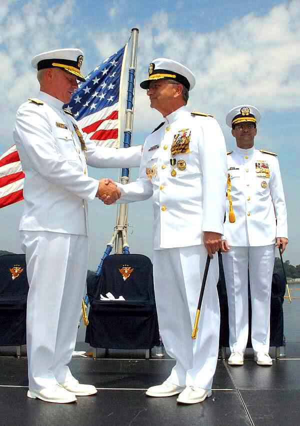 Đô đốc Robert Willard (trái) trên chiến hạm USS Blue Ridge (U.S. Navy)