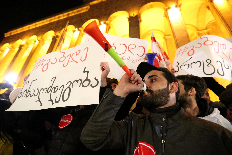 Вечером в понедельник, 25 ноября, в центре Тбилиси начался многотысячный митинг протеста.