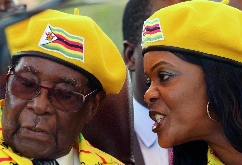 លោកប្រធានាធិបតី Robert Mugabe និងភរិយា លោកស្រី Grace Mugabe ក្នុងពិធីជួបជុំបក្ស ថ្ងៃទី៧ វិច្ឆិកា ២០១៧