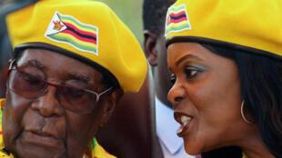 O president Robert Mugabe (esquerda) e a sua mulher Grace Mugabe (direita) foram destituídos dos seus cargos no partido Zanu-PF.