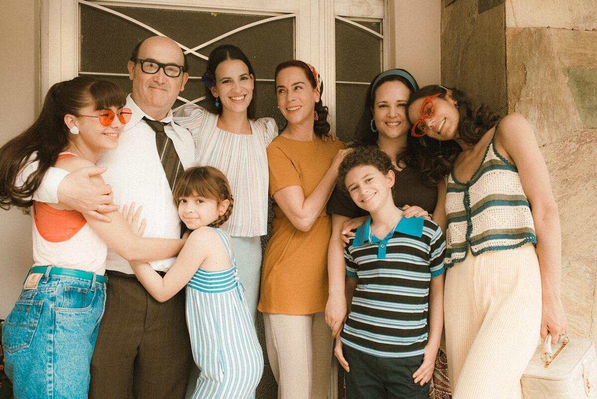 L'oubli que nous serons, un film de Fernando Trueba, qui met en scène une famille de Medellin est adapté du livre de souvenirs du même nom d'Hector Abad Faciolince, paru en 2006. Sur la photo, les comédiens Javier Camara et Patricia Tamayo qui interprètent les parents et leurs six enfants dans le film.