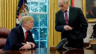 O presidente dos EUA, Donald Trump, fala com o chefe de gabinete da Casa Branca, John Kelly, depois de um evento com repórteres no Salão Oval da Casa Branca, em Washington, EUA. Em 10 de outubro de 2018