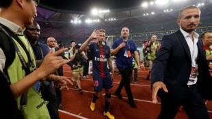 Neymar comemora vitória do PSG contra o Monaco, na partida que marcou seu retorno aos gramados defendendo o time parisiense, cinco meses após sua lesão
