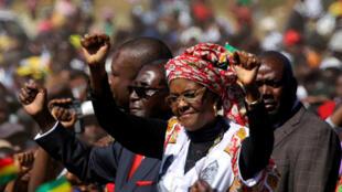 Le président zimbabwéen Robert Mugabe et sa femme Grace le 25 mai 2016 lors d'un meeting à Harare.