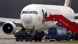 Avião da Ethiopian Airlines, após pouso de emergência no aeroporto de Genebra, na Suíça.