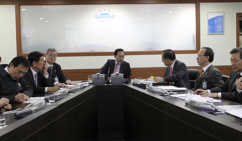 韓國總統李明博就朝鮮炮擊事件緊急召開內閣安全會議.