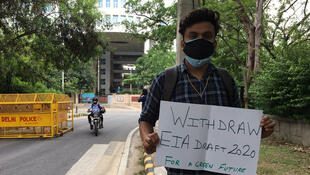 Une vingtaine de militants environnementaux protestent, pour le quatrième vendredi consécutif, devant le ministère de l'environnement, à New Delhi, contre la réforme de la procédure d'étude d'impact environnemental (EIA).