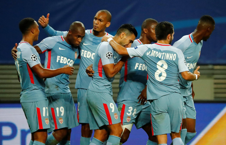 Les Monégasques félicitent Youri Tielemans (n°17), auteur de l'égalisation lors du match de Ligue des champions à Leipzig (1-1).