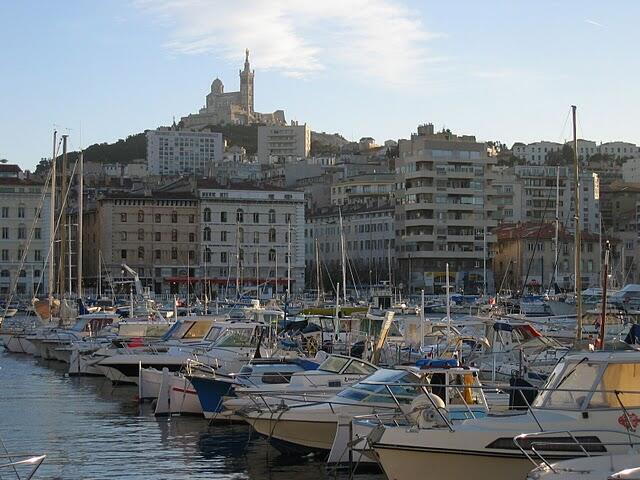 El Vieux-Port (puerto viejo) y la basílica Notre Dame de la Garde, más comúnmente conocida como « La Bonne Mère » (la buena madre).
