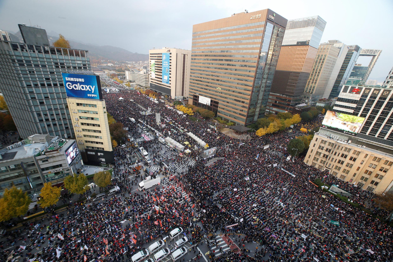 Người dân Hàn Quốc biểu tình ở Séoul đòi tổng thống từ chức, ngày 12/11/2016.