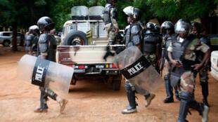 La police anti-émeutes en route pour sécuriser un bureau de vote avant le dépouillement des bulletins du second tour de la présidentielle malienne, le 12 août 2018, à Bamako.