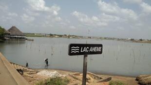 Le lac Ahémé se situe au sud-ouest du Bénin, dans le département du Mono.
