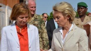 Les ministres de la Défense française et allemande Florence Parly et Ursula Von der Leyen en visite sur la base de Niamey, le 31 juillet 2017.