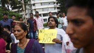 Protesto neste domingo, 25/08/2013, em Mumbai contra novo estupro coletivo na Índia.