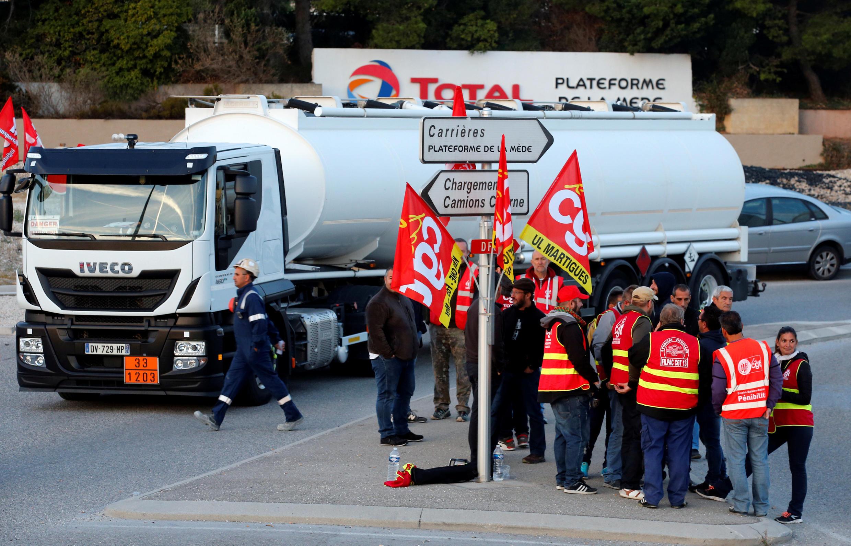 Trabalhadores bloquearam a refinaria da Total de La Mède em setembro de 2017 durante o processo de conversão da refinaria na produção de biodiesel.