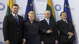 Tổng thống Ukraina Viktor Ianoukovitch (T) và các lãnh đạo Châu Âu, tại Thượng đỉnh Vilnius, Litva, 29/11/2013