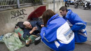 El Servicio de Ayuda Médica Urgente (SAMU) recorre las calles de París con el fin de asistir a las personas sin vivienda.