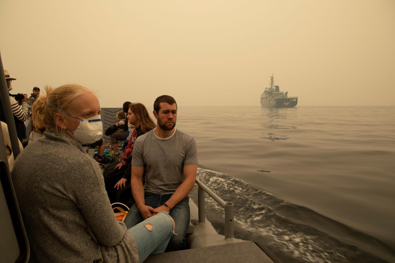 Quân đội Úc đến giúp người dân sơ tán ra khỏi khu vực hỏa hoạn. Ảnh do bộ Quốc Phòng Úc cung cấp ngày 03/01/2020.