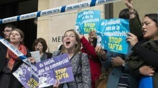 """Membros do coletivo """"Stop TAFTA"""" durante uma manifestação em Paris, no dia 19 de abril de 2016."""