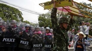 Des manifestations antigouvernementales contre un projet de loi d'amnistie, le 7 août 2013, à Bangkok.