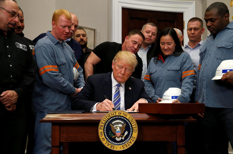 Le président américain Donald Trump avait signé à la Maison Blanche les documents qui officialisaient l'imposition de taxes sur les importations d'acier et d'aluminium vers les Etats-Unis, le 8 mars 2018.