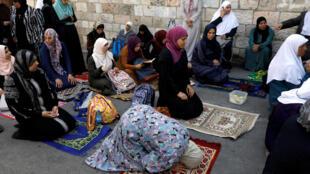 Vieille Ville de Jérusalem: malgré le démontage des portiques, la tension persiste autour de l'esplanade et les musulmans ont de nouveau prié dans la rue ce mardi midi.